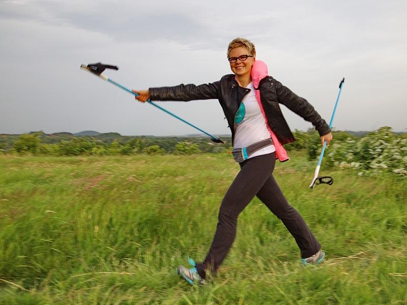 kobieta z kijami noridc walking